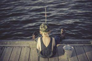 Poika kalastaa